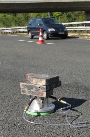 Messung von Strömungswiderstand auf Fahrbahnoberfläche mit Strömungswiderstandsmessgerät in situ
