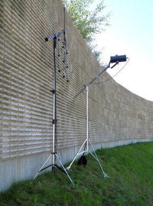 Messung von Schallreflexionsindex und Schallabsorptionsgrad an Lärmschutzwand mit Schallabsorptionsmessgerät AcoustiAdrienne in situ